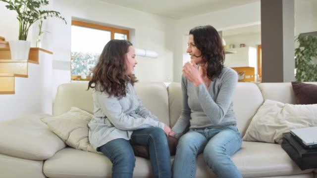 hd dolly: mother and daughter talking to each other - 30 39 år bildbanksvideor och videomaterial från bakom kulisserna