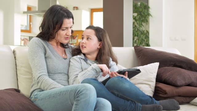 hd dolly: mother and daughter using tablet for internet - 30 39 år bildbanksvideor och videomaterial från bakom kulisserna