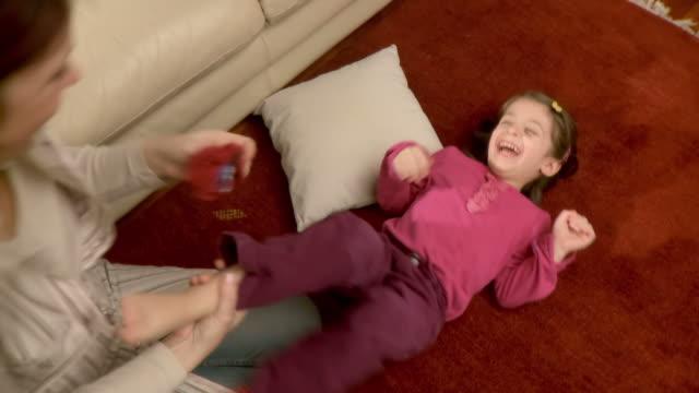 hd: madre e figlia - fare il solletico video stock e b–roll