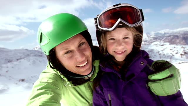 slo mo mor och dotter video selfie skidbacke - snow kids bildbanksvideor och videomaterial från bakom kulisserna