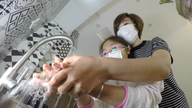 vídeos de stock, filmes e b-roll de mãe e filha lavando as mãos - higiene