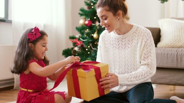 mor och dotter med julklapp hemma - christmas gift family bildbanksvideor och videomaterial från bakom kulisserna
