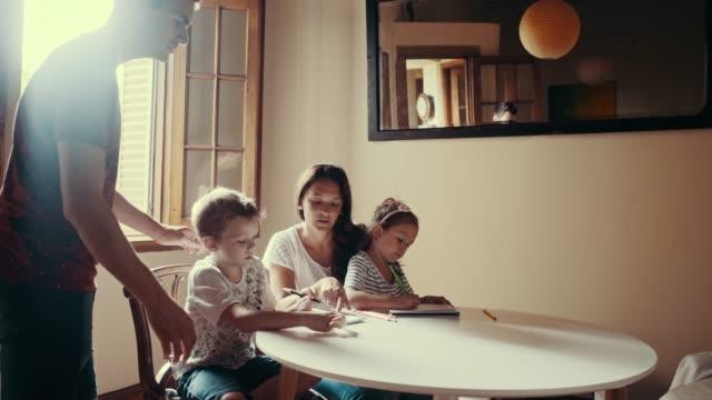 stockvideo's en b-roll-footage met moeder en vader zijn tijd doorbrengen met kinderen tekenen (slow motion) - breakfast table