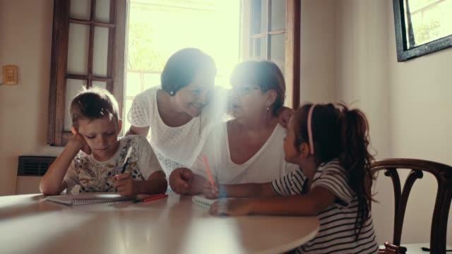 stockvideo's en b-roll-footage met moeder en oma zijn tijd doorbrengen met kinderen tekenen (slow motion) - breakfast table