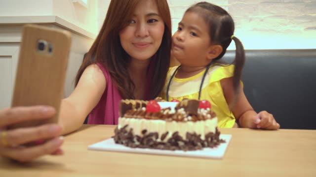 Mutter und Mädchen Selfie am Geburtstag Kuchen Partei – Video