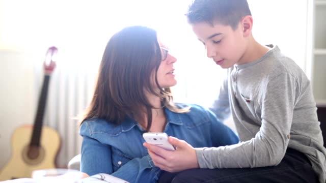 母親和兒子在家討論 - 父母 個影片檔及 b 捲影像