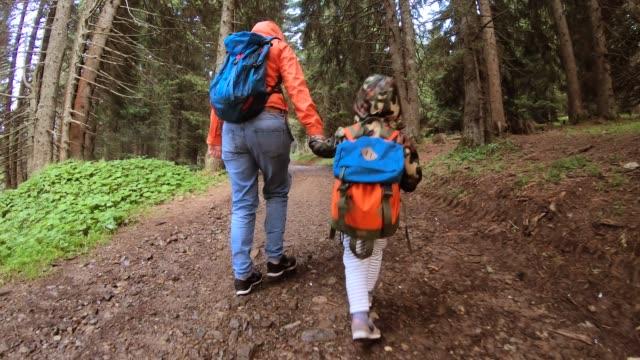 matka i syn odkrywający górę - ekoturystyka filmów i materiałów b-roll