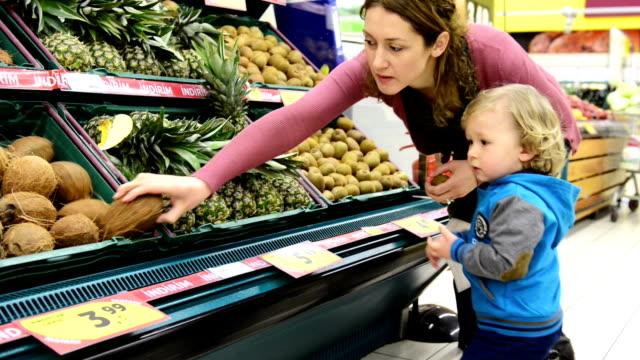 vídeos y material grabado en eventos de stock de montaje: madre y bebé en supermercado - colección