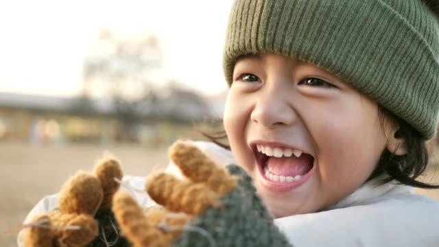 vidéos et rushes de mère et fils riant dans le parc. - enfance
