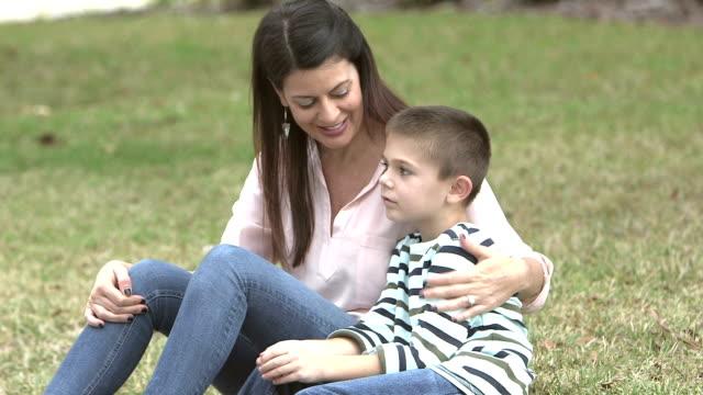 mor och son på gräsmattan, talar - parent talking to child bildbanksvideor och videomaterial från bakom kulisserna
