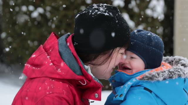 母と息子の冬の吹雪の屋外演奏 ビデオ