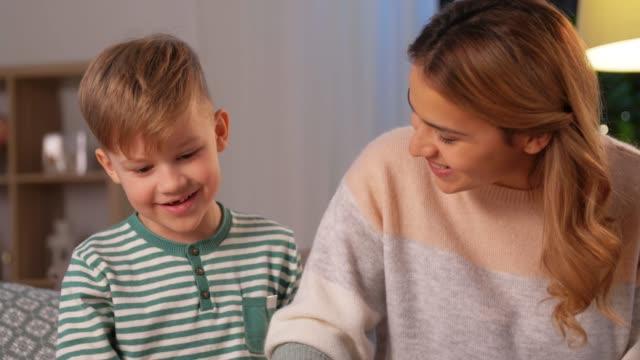 mor och son leker med leksaksbilar hemma video
