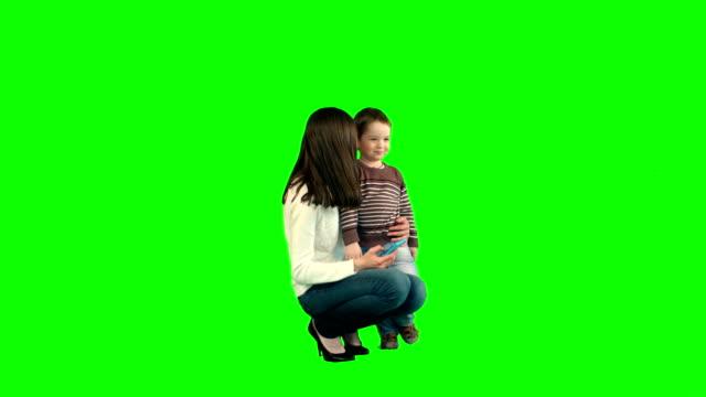 Moeder en zoon poseren voor Selfie op een groene Scree video
