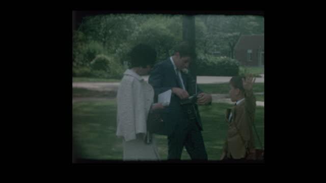 stockvideo's en b-roll-footage met 1968 moeder en zoon nemen polaroid foto - polaroid