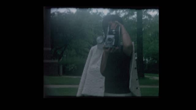 stockvideo's en b-roll-footage met moeder en zoon nemen polaroid foto - polaroid