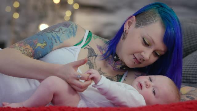 matka i syn  - tatuaż filmów i materiałów b-roll