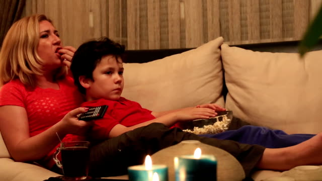 stockvideo's en b-roll-footage met mother and son watching movie - ongezond leven