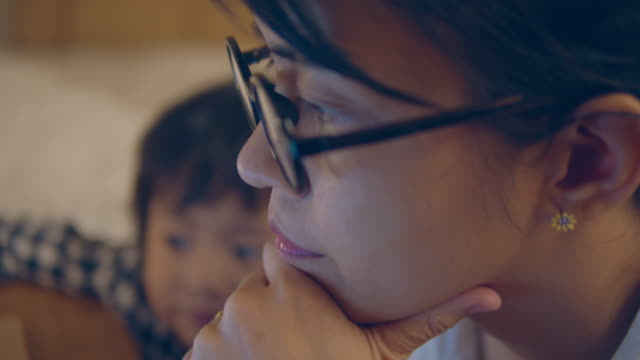 stockvideo's en b-roll-footage met moeder en zoon werken thuis. - alleenstaande moeder
