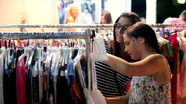 vídeos y material grabado en eventos de stock de madre e hija adolescente en sus compras en vacaciones de verano - moda playera
