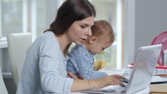 Mère et enfant en bas âge au comptoir - Vidéo