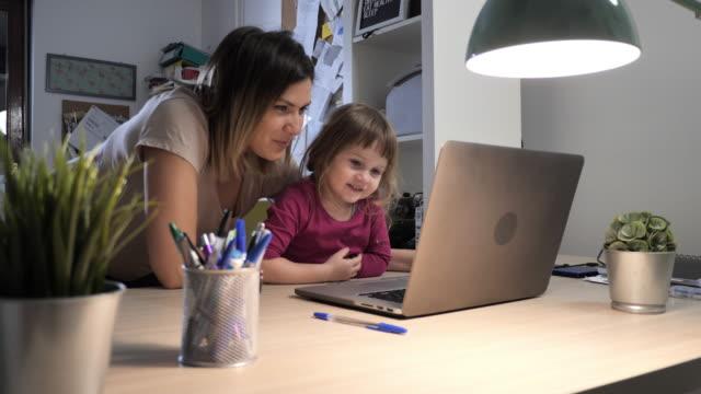 mor och småbarn leker tillsammans på laptop - enbarnsfamilj bildbanksvideor och videomaterial från bakom kulisserna