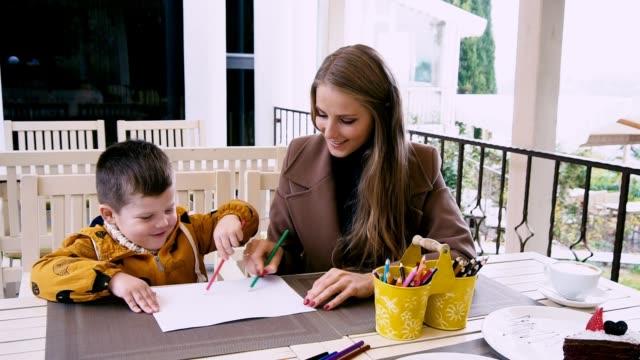 mãe e filho são de desenho em uma tabela - vídeo