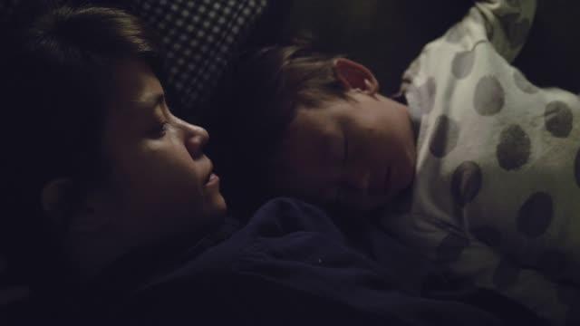 mor hemma med sovande baby boy (17 månader) hemma - cosy pillows mother child bildbanksvideor och videomaterial från bakom kulisserna