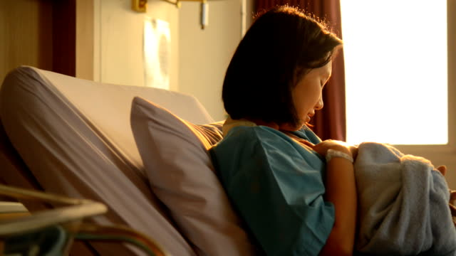 vídeos de stock e filmes b-roll de mother breastfeeding baby beautiful golden light, is sunset light. - retroiluminado