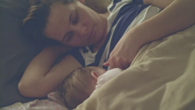 vídeos de stock e filmes b-roll de mother breastfeeding baby girl - amamentação