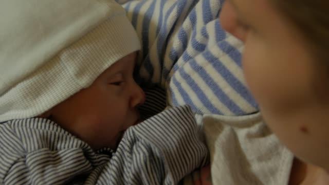 mutter stillt neugeborenes schläft - menschlicher kopf stock-videos und b-roll-filmmaterial
