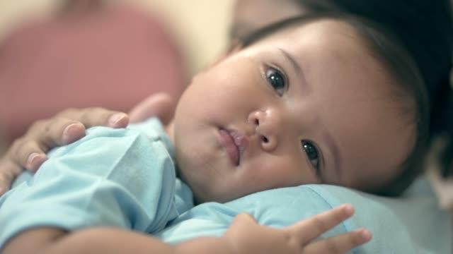 vídeos de stock, filmes e b-roll de matriz que carreg sua filha sonolento em ombros - criança pequena