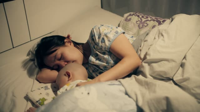 kanser hastası oğlunu teselli eden anne - rahim boynu stok videoları ve detay görüntü çekimi