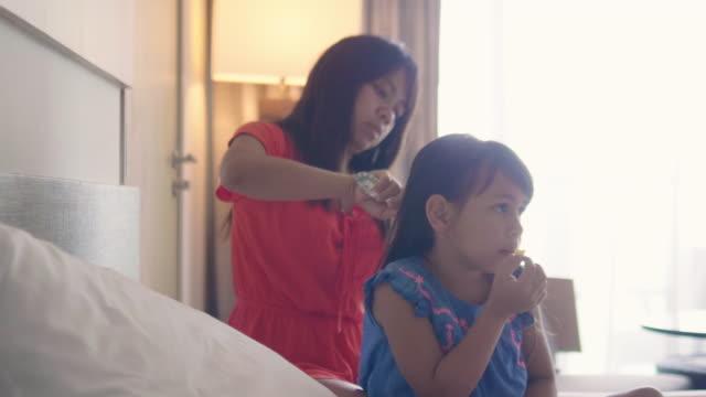 en mor gör dotters hår - cosy pillows mother child bildbanksvideor och videomaterial från bakom kulisserna