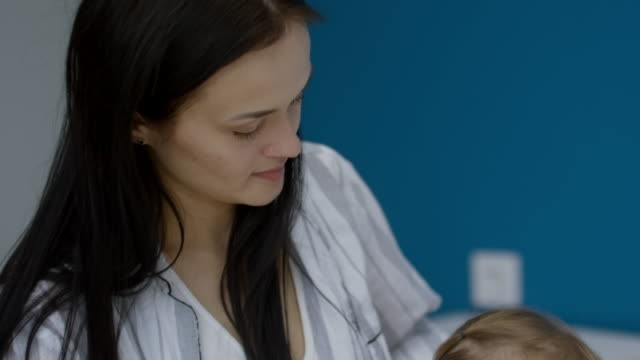 stockvideo's en b-roll-footage met moeder doen extensie voor peuter in de ochtend - paardenstaart haar naar achteren