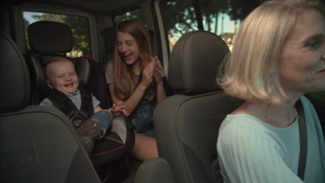 子供と一緒に車を運転する母親 - 安全点の映像素材/bロール