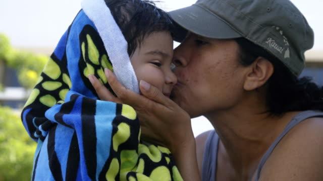 vídeos de stock e filmes b-roll de mother dry's son with towel - etnicidade ibérica
