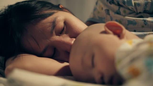 kanser ile onun baby boy kucaklayan anne - rahim boynu stok videoları ve detay görüntü çekimi