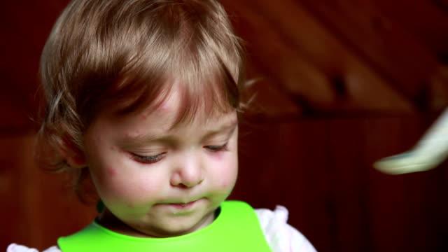 Mutter Fütterung Babymädchen – Video
