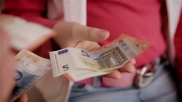 mor ger dottern pengarna, mänskliga händer, närbild - lön bildbanksvideor och videomaterial från bakom kulisserna