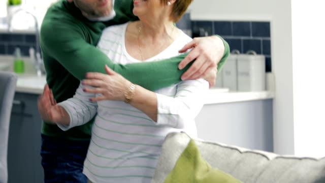 vidéos et rushes de mère, ce qui donne à son fils un big kiss - fête des mères