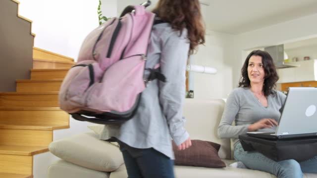 stockvideo's en b-roll-footage met hd dolly: mother greeting her daughter after school - alleenstaande moeder