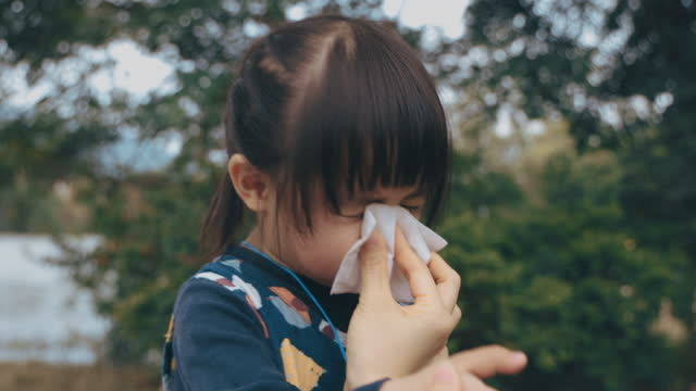 vídeos y material grabado en eventos de stock de mano madre sosteniendo tejido y ayudar a la hija enferma limpiar y limpiar la nariz - social media