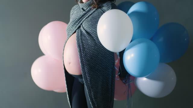 Grossesse de la mère annonce célébration bébé douche fermer vers le haut sur la bosse de ventre de femme enceinte nue - Vidéo