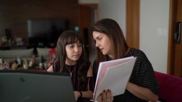 mother help little girl to study at home - brązowe włosy filmów i materiałów b-roll