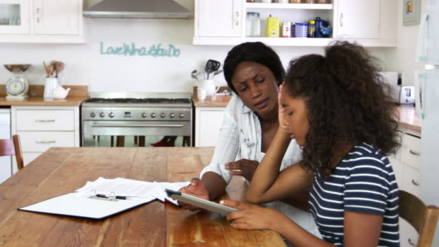 stockvideo's en b-roll-footage met moeder helpt benadrukt tienerdochter met huiswerk - ongerustheid