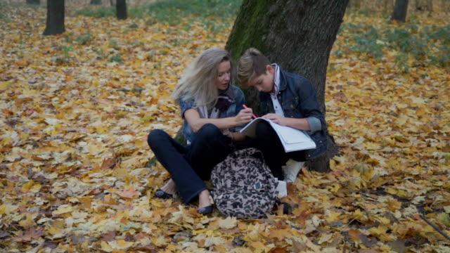mor hepls hennes son för att göra läxor - linjerat papper bakgrund bildbanksvideor och videomaterial från bakom kulisserna