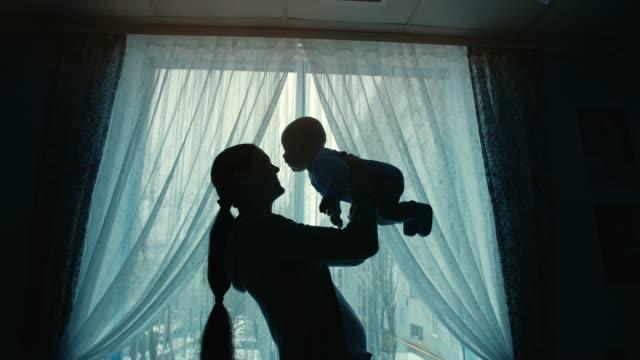 vídeos y material grabado en eventos de stock de madre sostiene un bebé - nuevo bebé