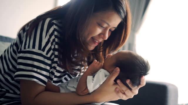 vídeos y material grabado en eventos de stock de madre sostiene un bebé mientras que s'abre la boca - servicios sociales