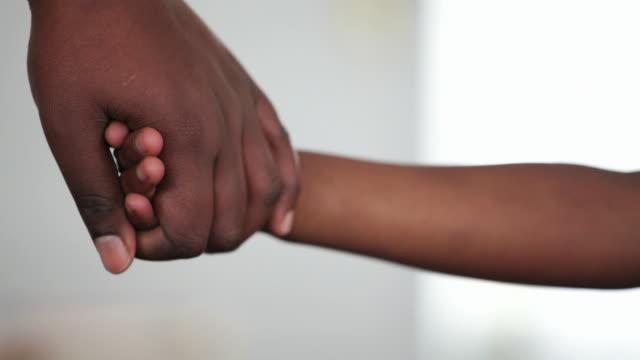 stockvideo's en b-roll-footage met mother holds her daughters hand - kindertijd