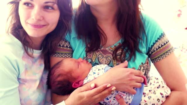 la madre tiene il neonato e fotografata con la fidanzata. concetto di maternità. fullhd. 3840x2160 - full hd format video stock e b–roll